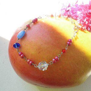 Armbånd-med-blå-og-hvid-swaroski-og-pink-perler