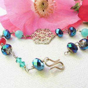 Armbånd-med-rød-kvarts-og-lilla-blå-glas-perler
