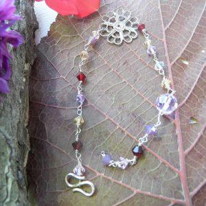 Armbånd-med-swaroski-perler-i-lilla-rød-og-beige