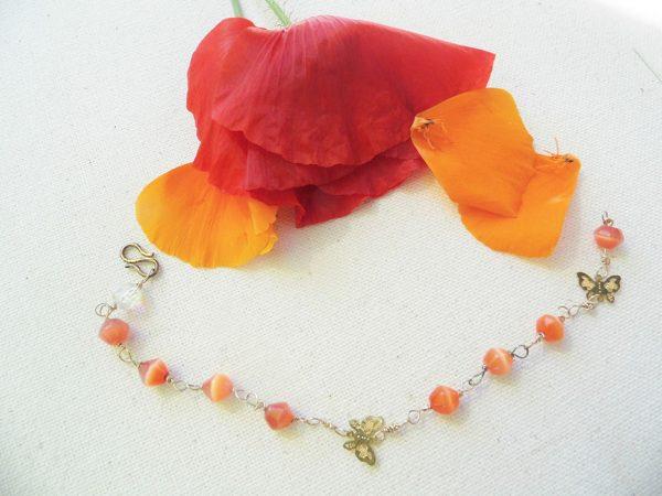 Forgyldt-armbånd-med-orange-jade-og-lille-sommerfugl-vedhæng