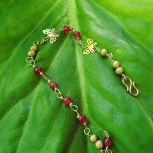 Forgyldt-armbånd-med-rød-jade-sten-og-sommefugl