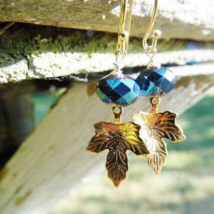 Forgyldte øreringe med blå sten og blad