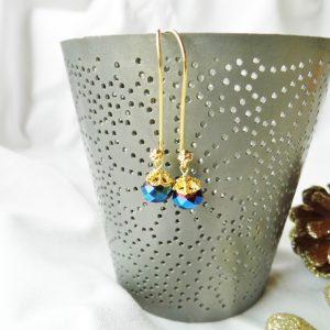 Forgyldte øreringe med blå perler i raffineret stil