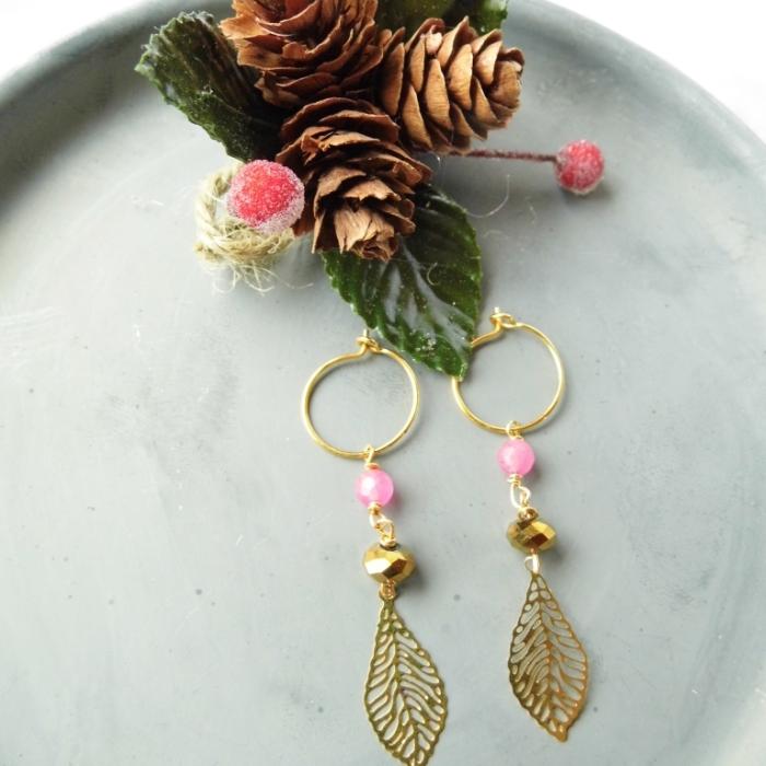 Øreringe med forgyldt blad og lyserød jade – gave til den særlige kvinde