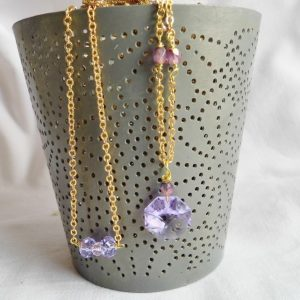 Forgyldt halskæde med facetsleben lilla swarowski og lilla perler - designs smykke