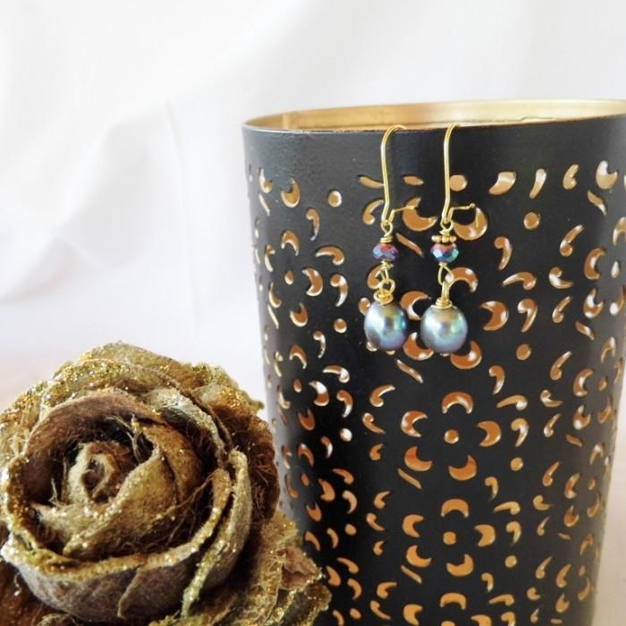 Øreringe med blå ferskvandsperle og lilla krystal