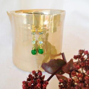 Forgyldte øreringe med grøn jade og glas perle