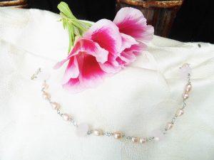 Armbånd-med-lyserøde-ferskvands-perler-og-lyserøde-kvarts
