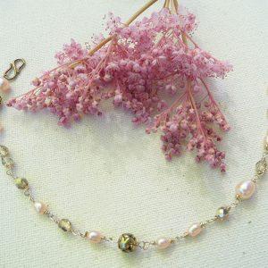 Armbånd-med-lyserøde-ferskvands-perler-og-swarowski-sten
