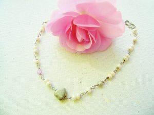 Perle-armbånd-i-sølv-med-lyserød-swarowski-og-lille-hjerte